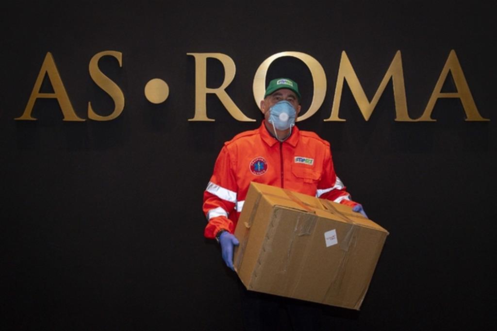 Coronavirus: la Roma distribuisce beni di prima necessità agli anziani