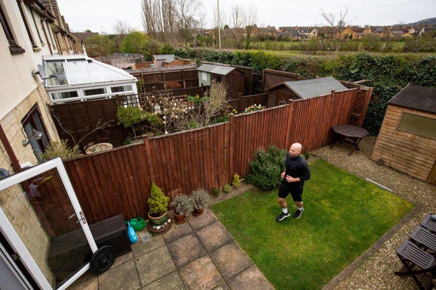 Corre una maratona nel cortile di casa: 7.000 giri per raccogliere fondi