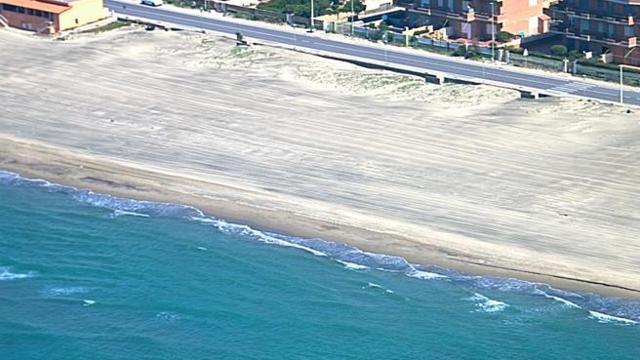 L'allarme dei balneatori: cancellata una prenotazione su tre in spiaggia