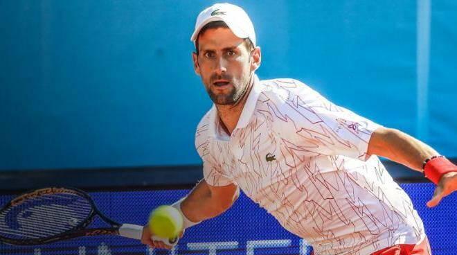 Djokovic sommerso dalle critiche per il focolaio di Covid al suo torneo
