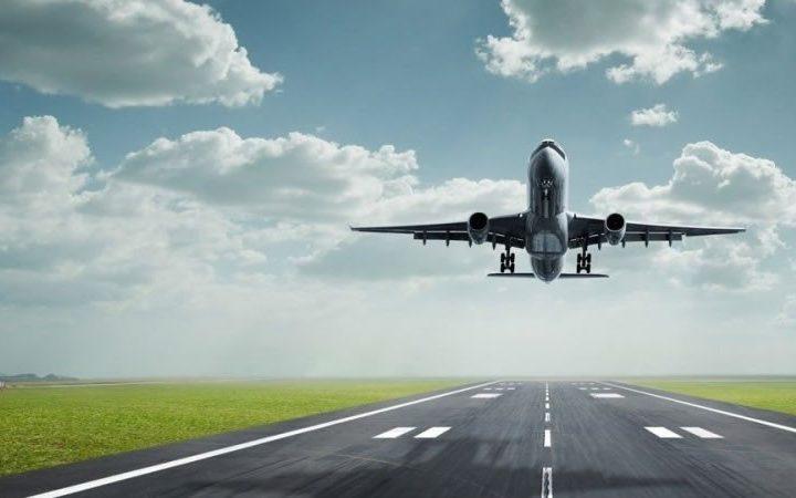 Il turismo riprende quota, vietato il bagaglio a mano nelle cappelliere degli aerei