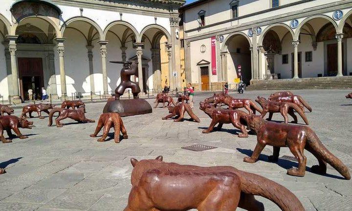 Cento lupi in metallo dell'artista Liu Ruowang invadono Firenze