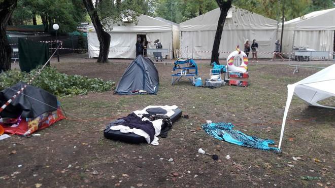 Il dramma delle sorelline morte in tenda sotto un albero caduto per il maltempo