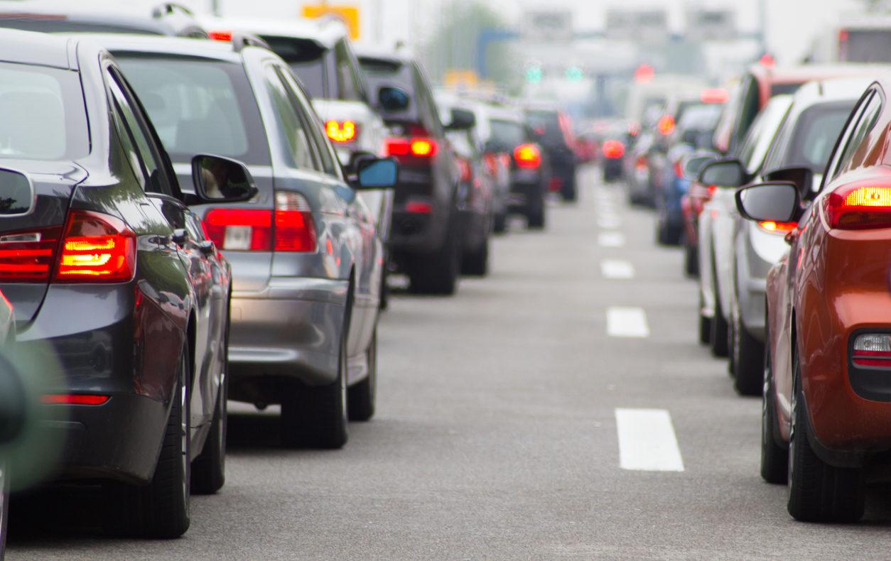 Giornate nere per il traffico. Ogni anno passiamo 38 ore fermi in coda