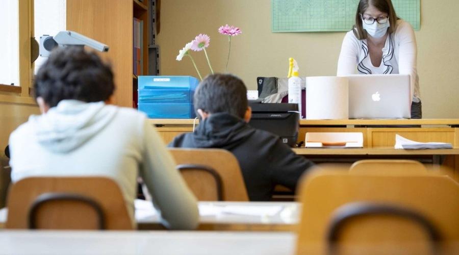 Coronavirus: salgono ancora i contagi, 13mila casi tra il personale della scuola
