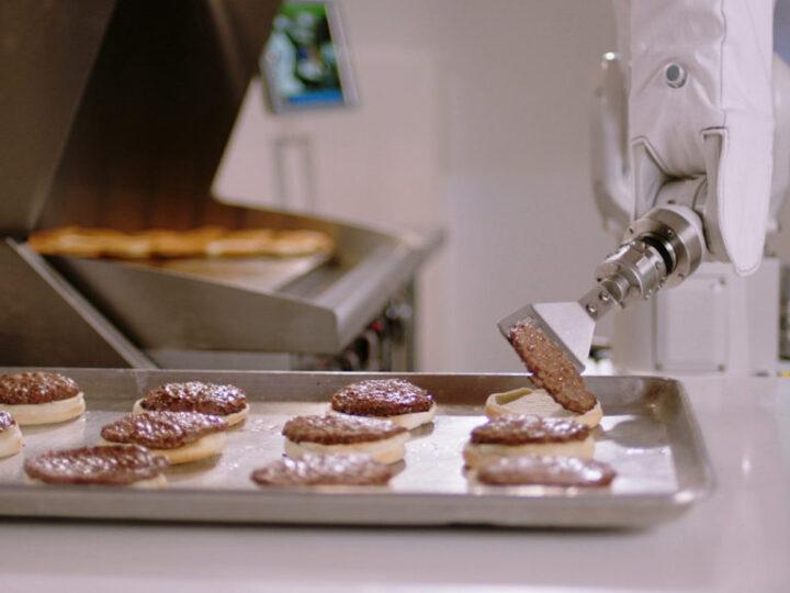 Flippy, il robot che frigge le patatine e cucina gli hamburger