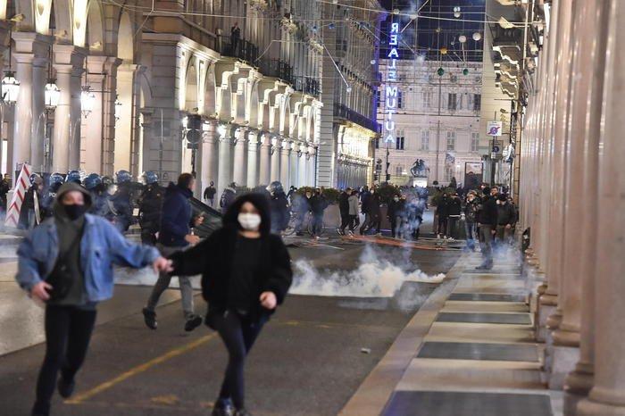 Proteste sul Dpcm, guerriglia a Torino e Milano