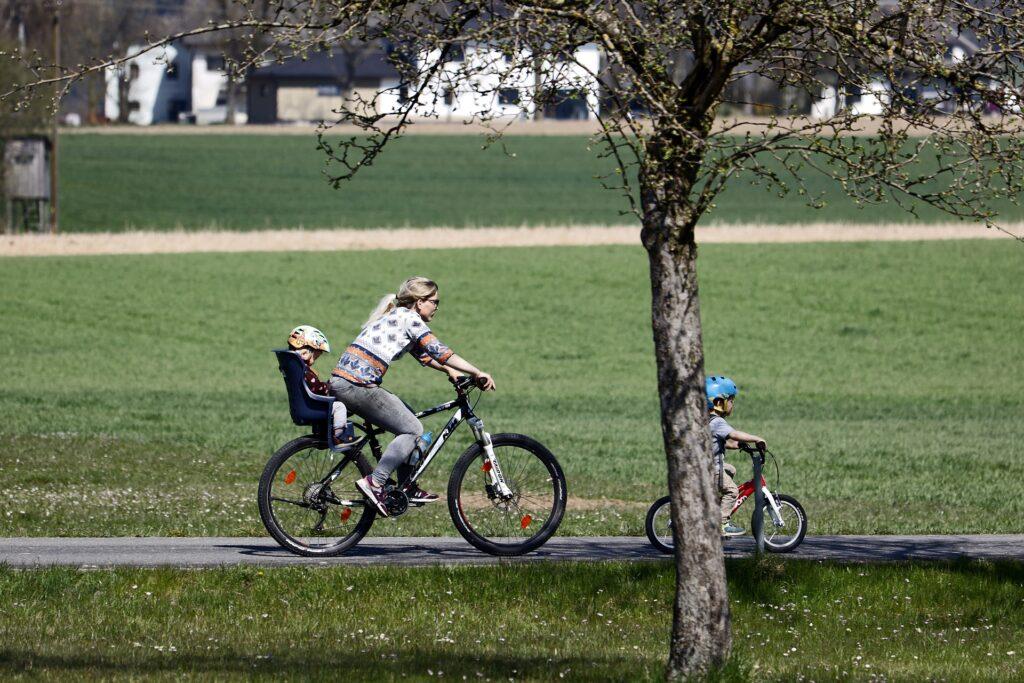 seggiolino bici: anteriore o posteriore?